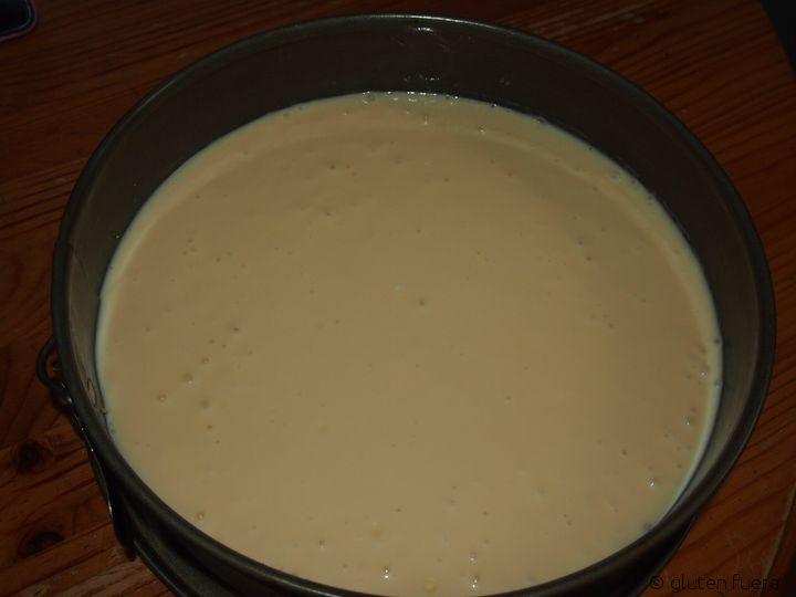 Vertiendo la mezcla de queso sobre la base sin gluten