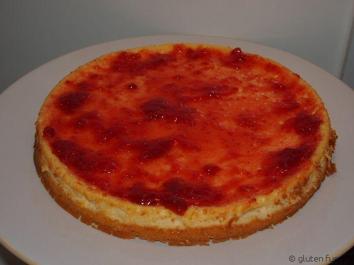Untando la mermelada en el pastel de queso con frutos rojos para celiacos.